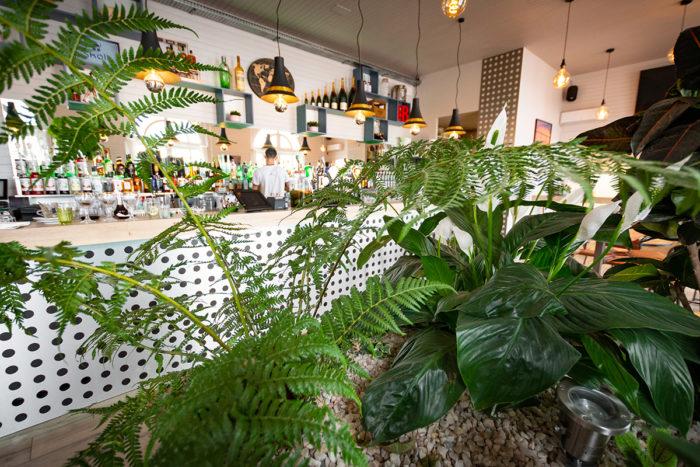 ambiance-loft-atelier-artiste-a-la-villa-noe-bahia-le-bar-sur-la-plage-pornic