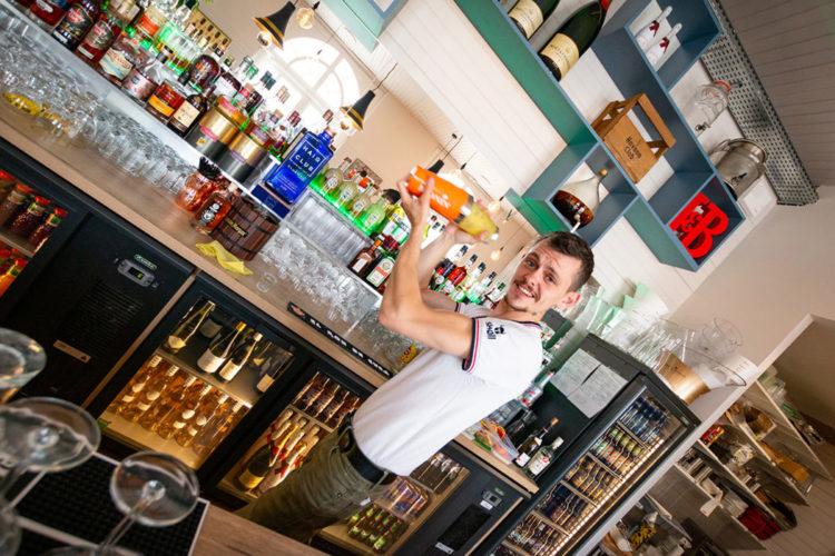 barman-villa-noe-bahia-le-bar-sur-la-plage-pornic