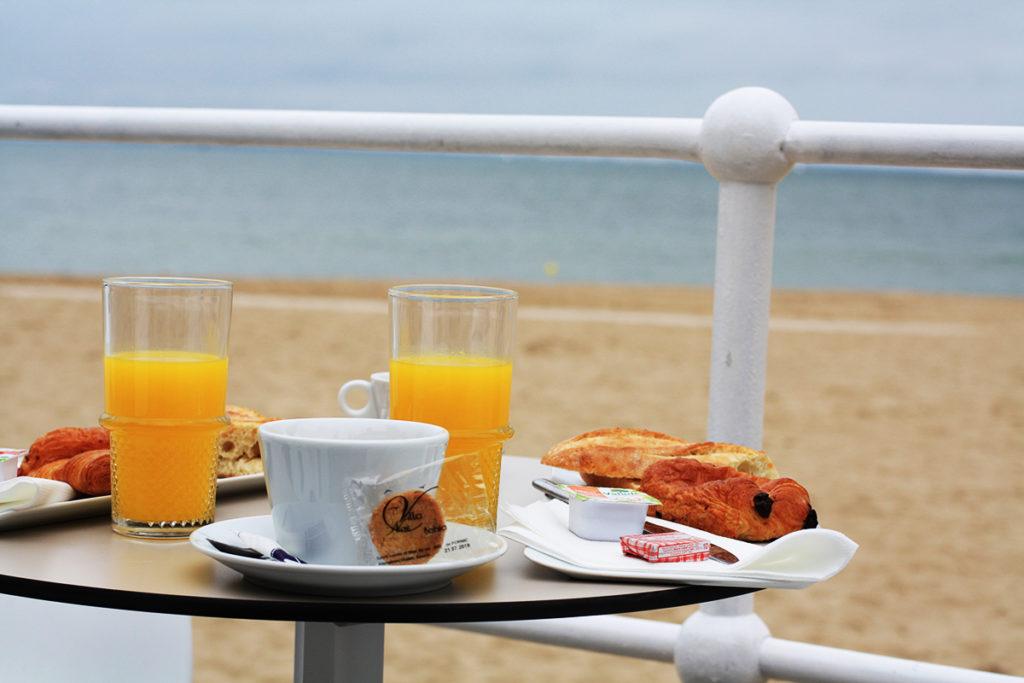 bien-commencer-la-journee-petit-dejeuner-sur-la-plage-pornic-villa-noe-bahia-bar