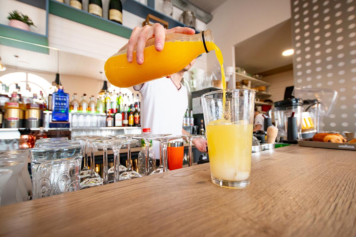 villa-noe-bahia-le-bar-sur-la-plage-pornic-preparation-cocktail-sur-mesure